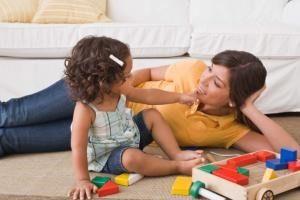 بازی درمانگر فعالانه کودک را درگیر فضای بازی میکند.