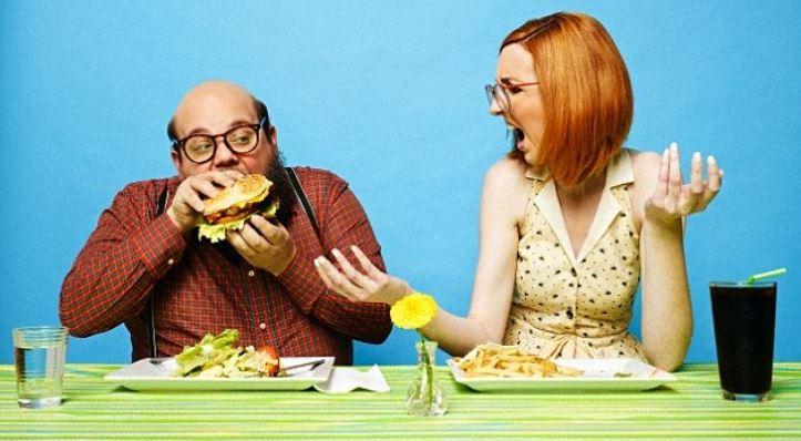 غذا خوردن مردان و زنان با یکدیگر